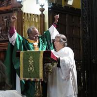 Presiding Bishop Curry preaches in English, while Armantina Pelaez translates to Spanish. SHARON SHERIDAN PHOTO