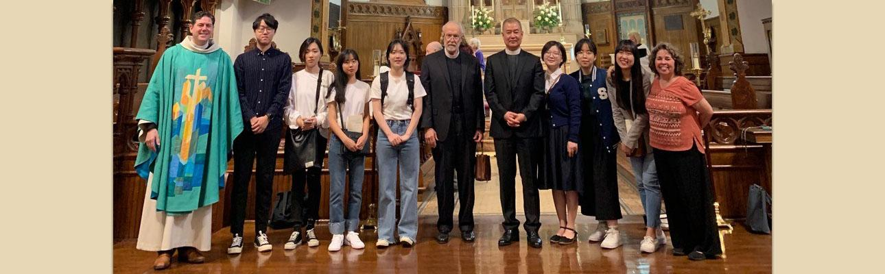The Rev. Matthew Corkern, Rector of Calvary Summit (left), the Rev. Robert Corin Morris (6th from left) and the Rev. Dr. Joo Yup Lee (7th from left) with South Korean students. PHOTO COURTESY ROBERT CORIN MORRIS